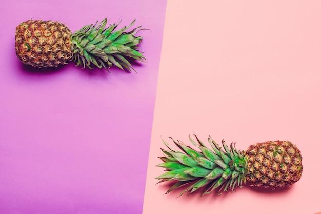 Ananas auf farbigem papier