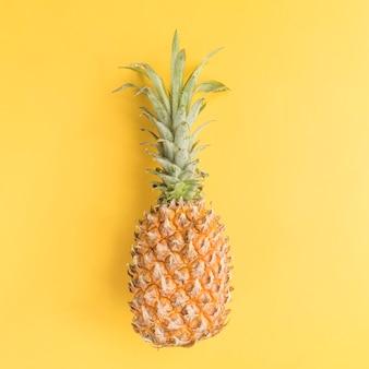 Ananas auf gelbem hintergrund