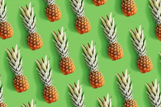 Ananas auf kreativem plan des hellen hintergrundes