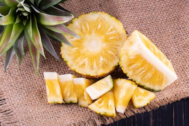 Ananas auf tisch, draufsicht