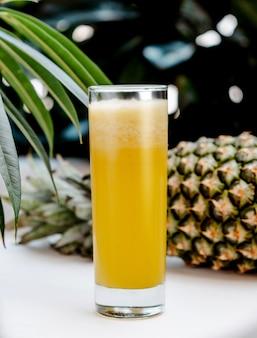 Ananas frisch auf dem tisch
