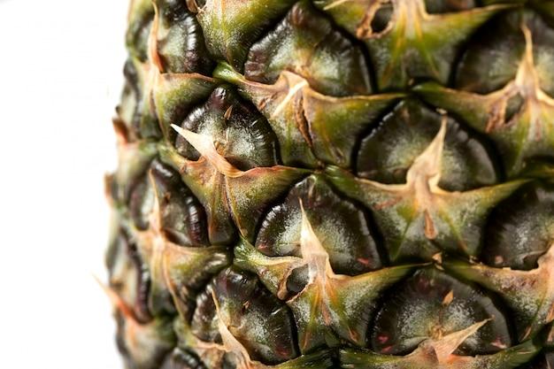 Ananas frisch mild saftig isoliert auf einem weißen schreibtisch