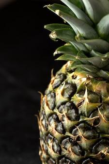 Ananas frisch weich isloated auf grauem schreibtisch
