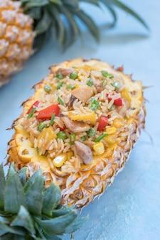 Ananas gefüllt mit gebratenem reis, huhn und gemüse
