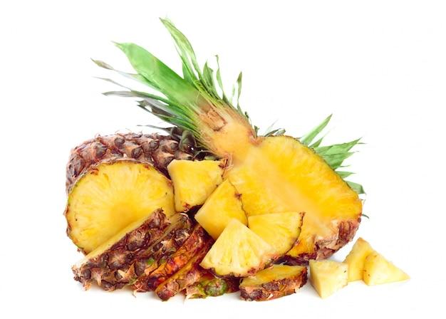 Ananas getrennt auf weiß