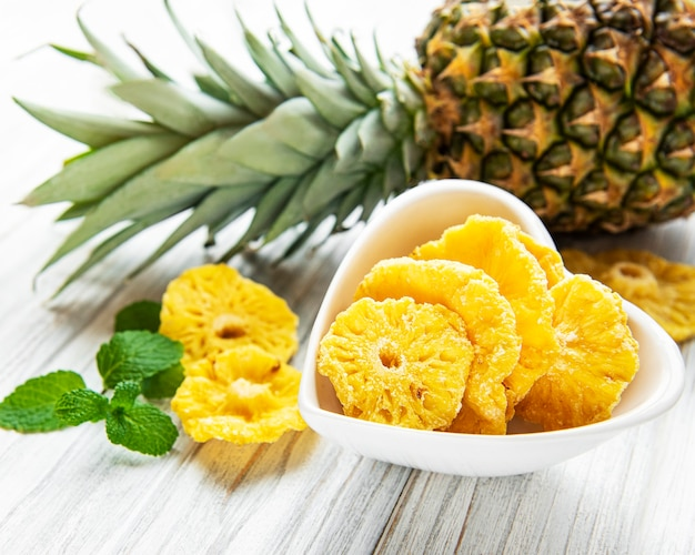 Ananas getrocknete ringe auf rustikalem holzhintergrund