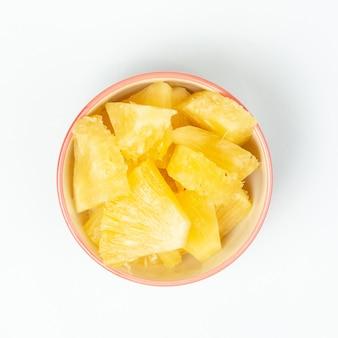 Ananas im schlag auf weißem hintergrund