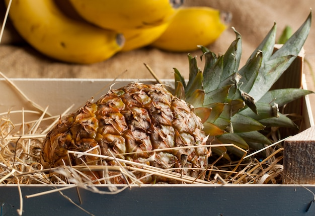 Ananas in holzkiste