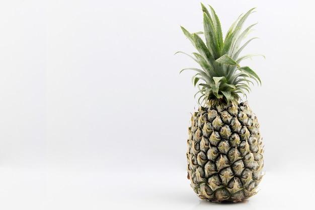 Ananas, isoliert auf weiss