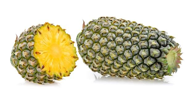 Ananas isoliert auf weißem hintergrund