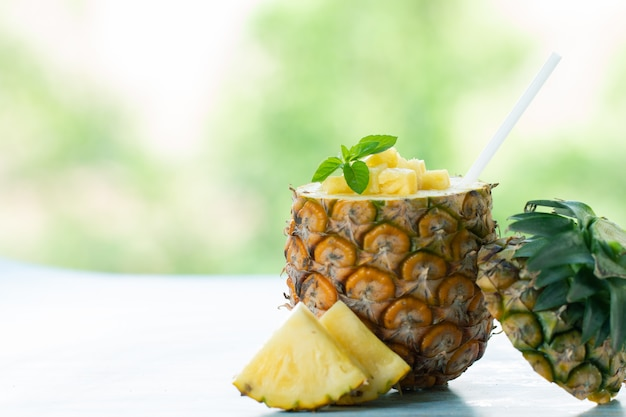 Ananas juice pieces ananas-gesundes getränk und sommerfruchtgetränk konzept