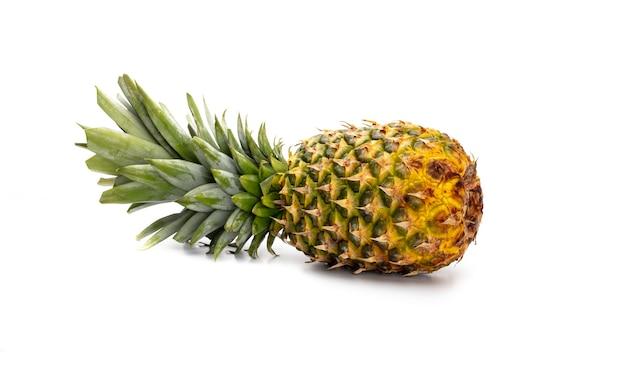 Ananas lokalisiert auf einem weißen hintergrund