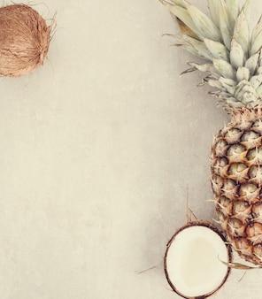 Ananas mit kokosnuss draufsicht hintergrund