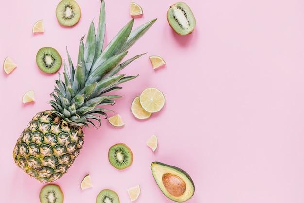 Ananas nahe sortierten früchten