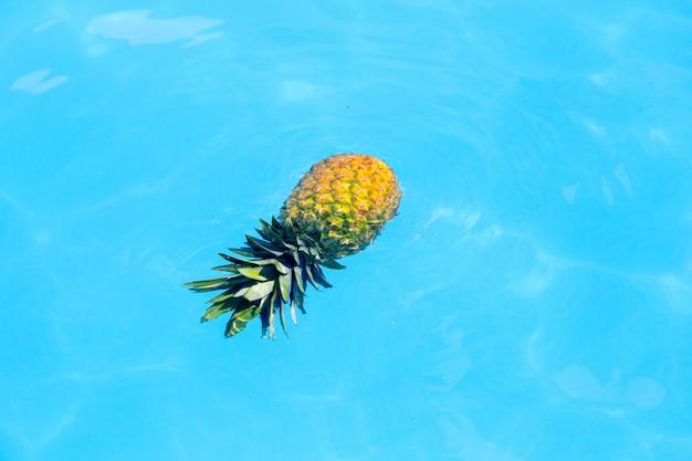 Ananas schwimmt im wasser