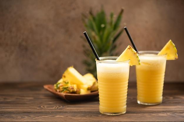 Ananas-smoothie mit frischem saft in glasgläsern