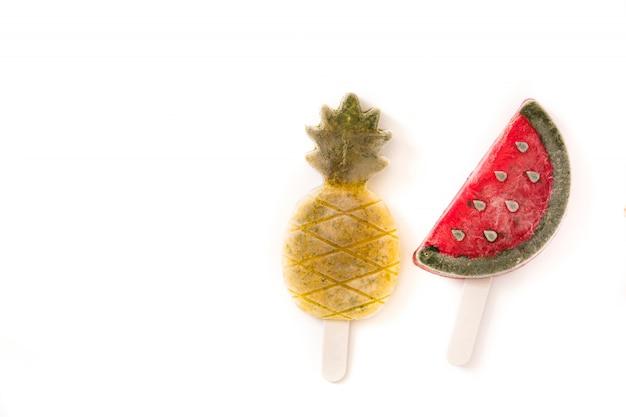 Ananas- und wassermelonen-eis am stiel lokalisiert auf weißer draufsicht