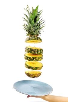 Ananas wird in der luft geschnitten