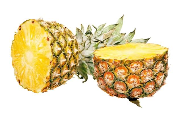 Ananasfrucht isoliert auf weiss