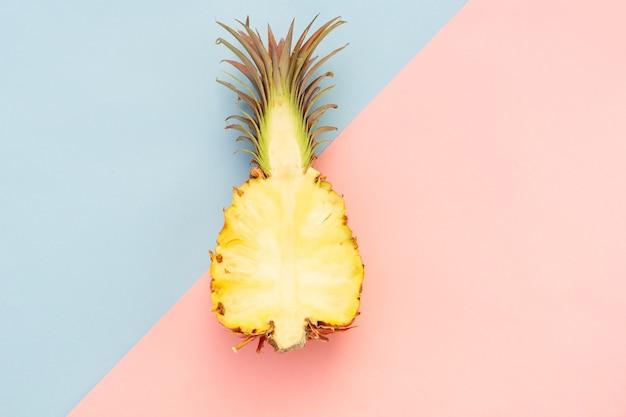 Ananasfrucht lokalisiert auf rosa und blau