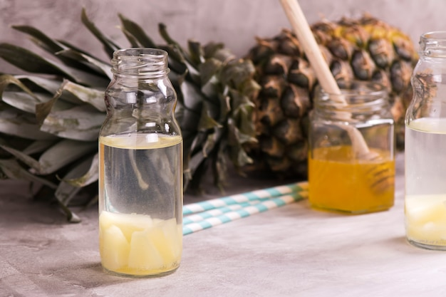 Ananasgetränk in kleiner glasflasche