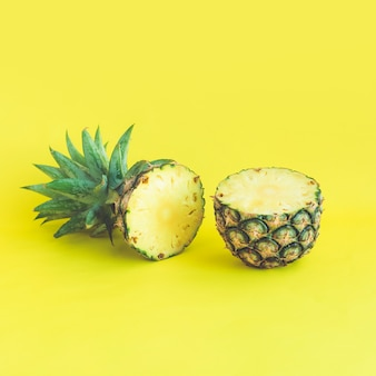 Ananasscheibe auf pastellfarbenem hintergrund