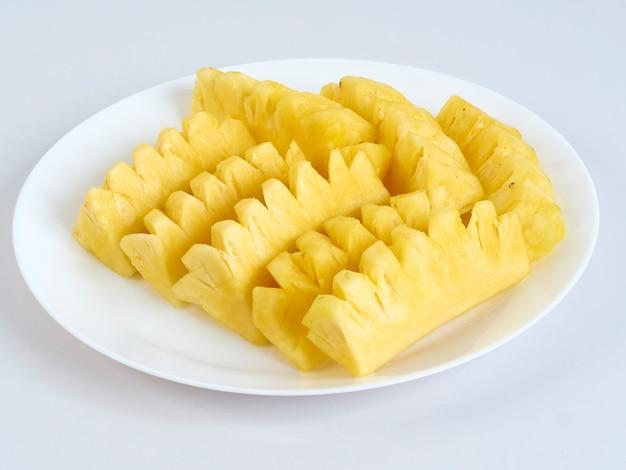 Ananasscheiben in der weißen platte