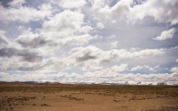 Andenlandschaft der großen höhe mit drastischem himmel