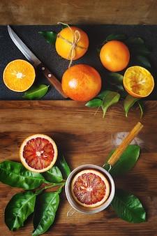 Andere art von orangenfrucht auf holztisch. stillleben. draufsicht.