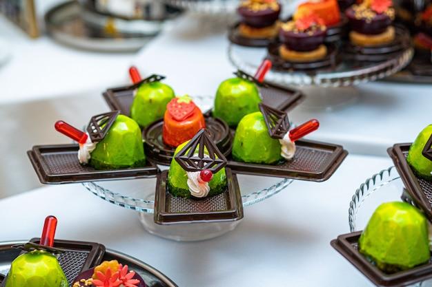 Andere art von schönem gebäck, kleine bunte süße kuchen