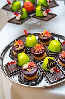 Andere art von schönem gebäck, kleine bunte süße kuchen Premium Fotos