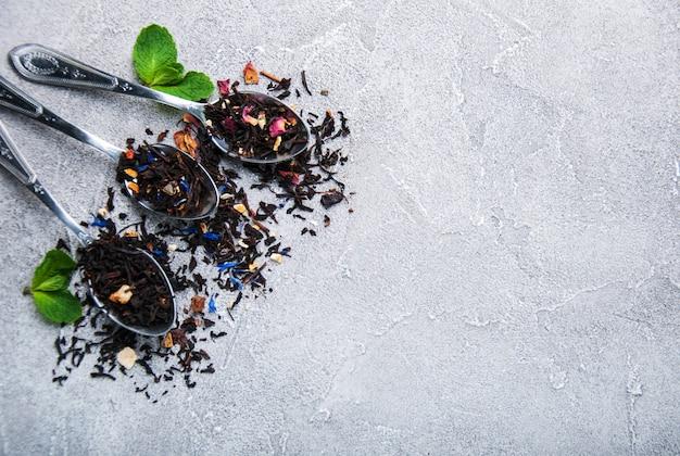 Andere art von tee in löffeln