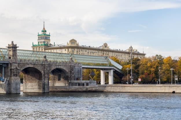 Andreevsky-fußgängerbrücke über dem fluss, moskau russland