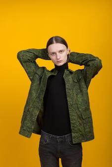 Androgen. androgyne figur auf gelbem grund. mann oder frau. militär stil.