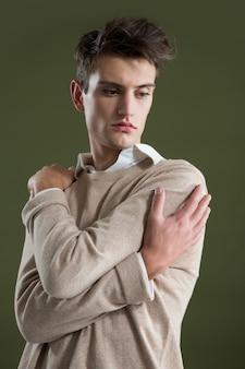 Androgyner mann, der seinen körper berührt