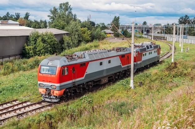 Aneinander befestigte elektrische lokomotive und diesellokomotive