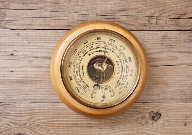 Aneroidbarometer an einer holzwand