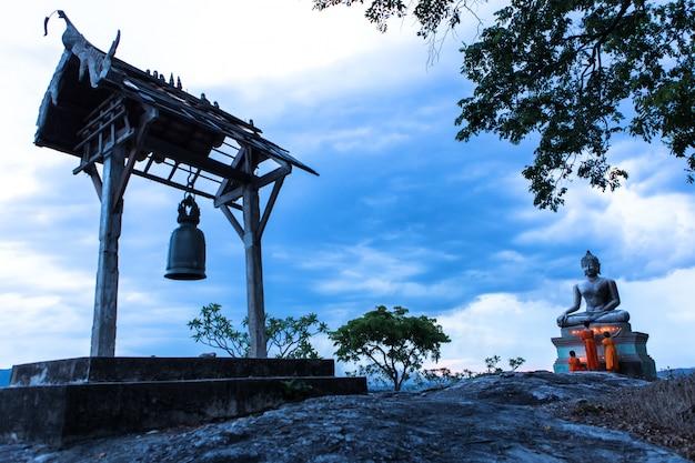 Anfänger mönch feuer kerzen an den buddha