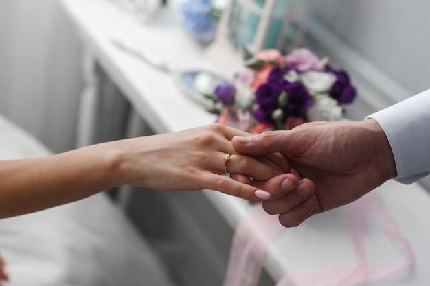 Angebot von hand und herz. ein mann gibt einer frau die hand. heiratsantrag. der bräutigam gibt der braut die hand. romantischer moment hautnah. romantisches date