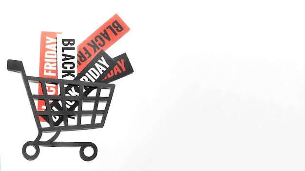 Angebote von black friday-verkäufen auf papierblättern im einkaufswagen