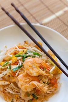 Angebratene reisnudeln (pad thai) ist das beliebte essen in thailand.