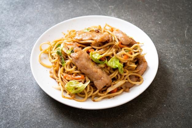 Angebratene yakisoba-nudeln mit schweinefleisch