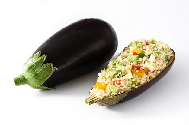 Angefüllte aubergine mit der quinoa und gemüse, getrennt