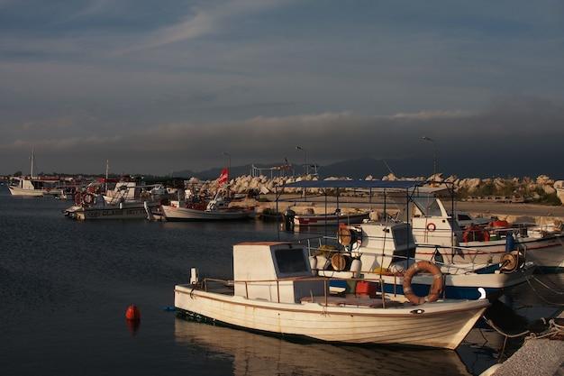 Angelboote/fischerboote vertäut im hafen in der stadt zante, zakynthos, greece