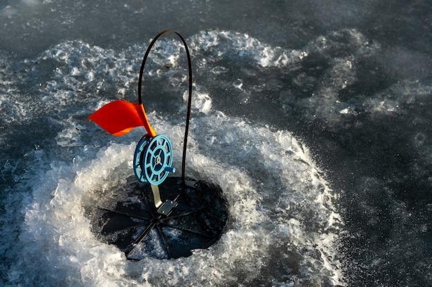 Angelgerät für das winterfischen, angeln im winter im loch auf lebenden ködern.
