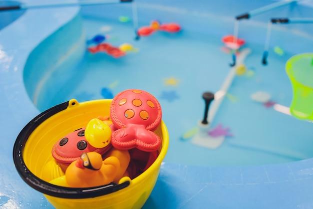 Angeln im planschbecken. kinderspielzeug im pool. spielzeugfisch angelrute. fröhliche kinder angeln, angeln im planschbecken.