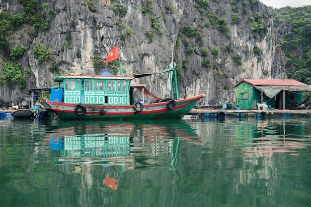 Angeln und hausboot in der halong bucht