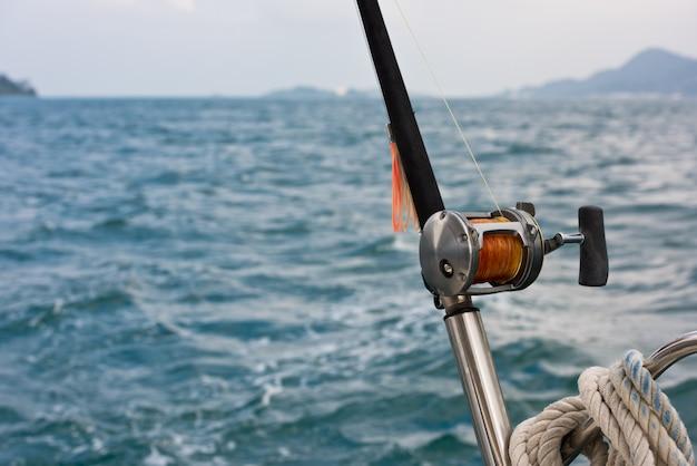 Angelrute und rolle auf einem boot