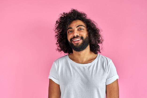 Angenehmer indischer arabischer mann im hemd, das kamera betrachtet, hat freundliches aussehen
