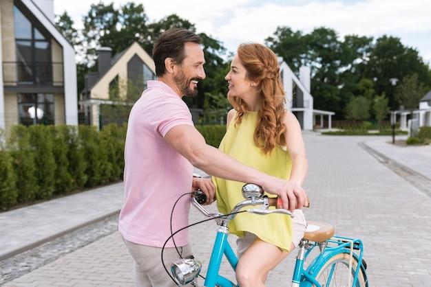Angenehmes freudiges paar, das sich ansieht, während es ein date ist